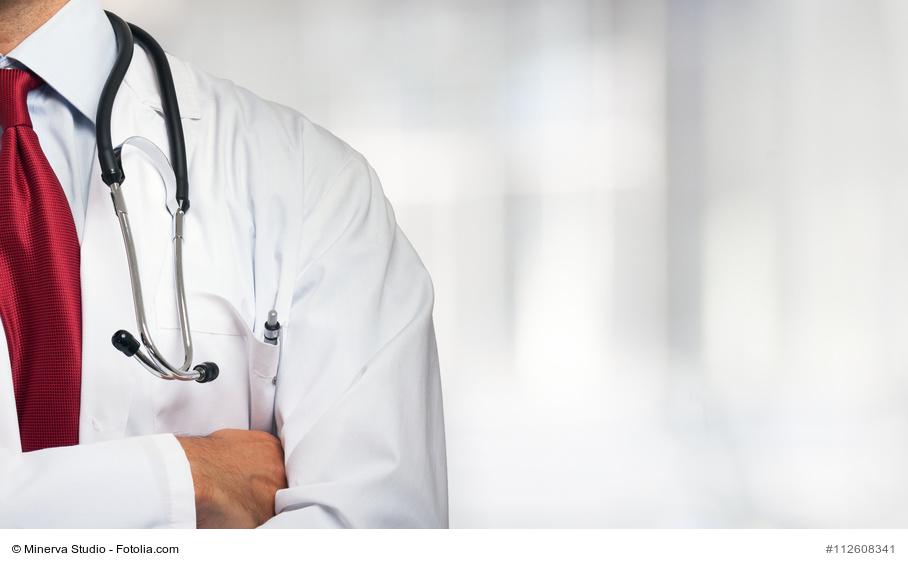 Arzt verschränkt die Arme