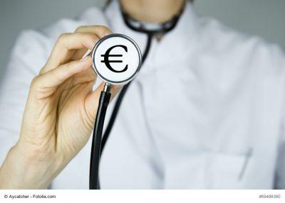 Eurozeichen auf Stethoskop vom Arzt