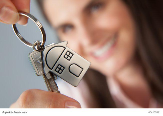 Frau hält Hausschlüssel in der Hand