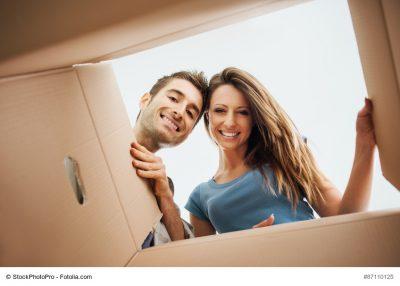 Paar schaut in Umzugskarton