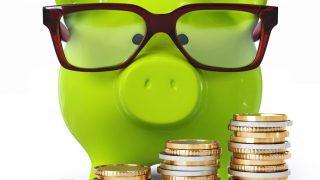 Sparschwein mit Brille und Münzen