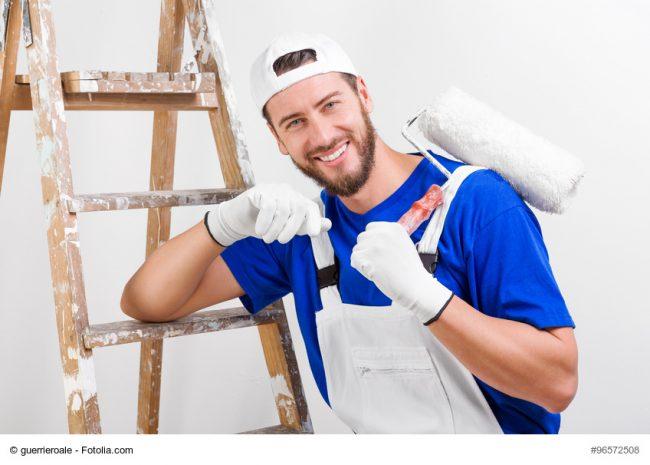 Handwerker lehnt an Leiter