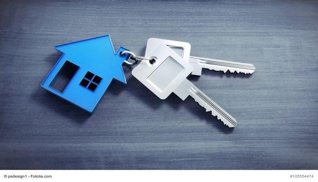 Hausschlüssel mit blauem Haus-Anhänger