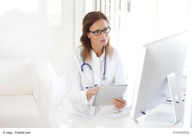 Ärztin am Computer