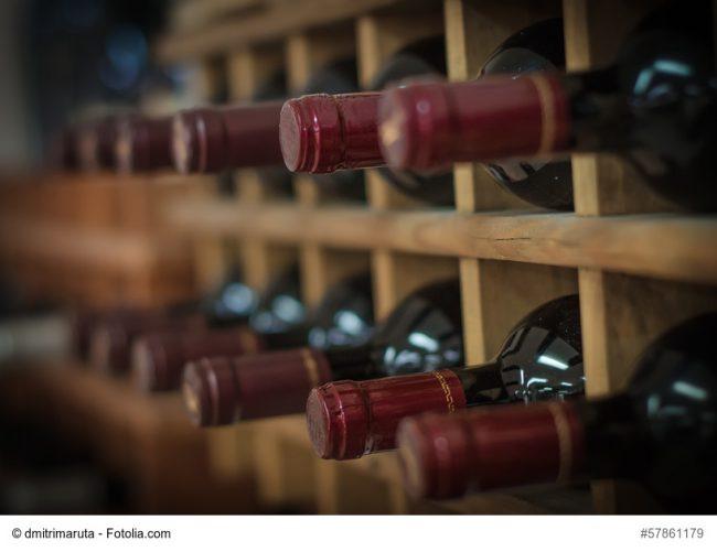 Bordeaux-Flaschen im Regal