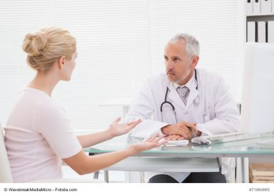 Patientin im ernsten Gespräch mit dem Arzt
