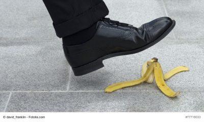 Mann tritt auf Banannenschale