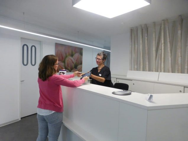 "Übergabe des AnaBoards® in der ""Hautarztpraxis im Vorderen Westen"" (Verena Wilkat, links, und Andrea Panaczek)"