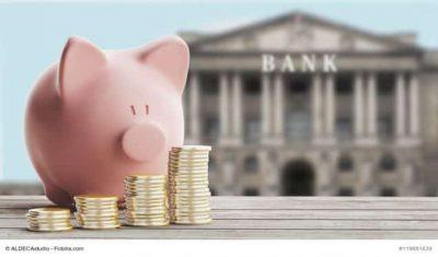 Sparschwein mit Bankgebäude im Hintergrund