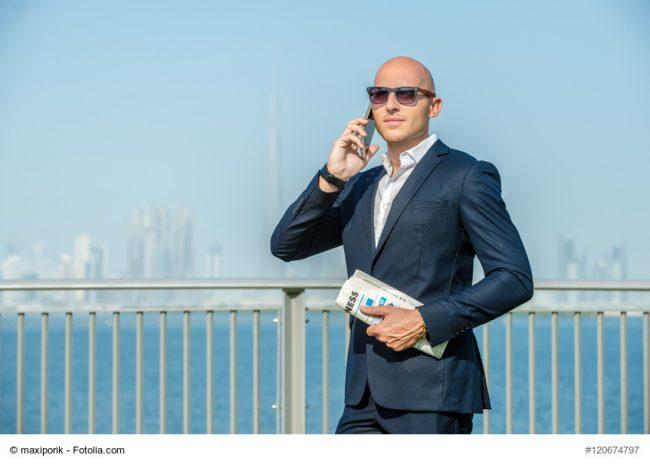Business-Mann telefoniert in Dubai