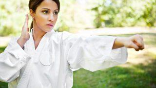 Junge Frau beim Shaolin oder Karatetraining