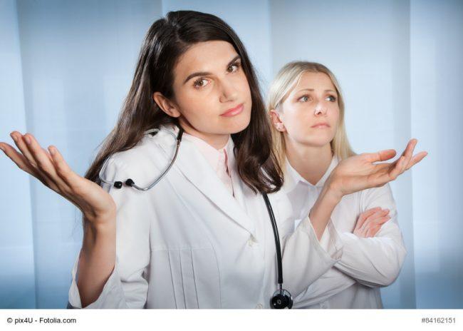 Ärztin zuckt bedauernd mit den Schultern
