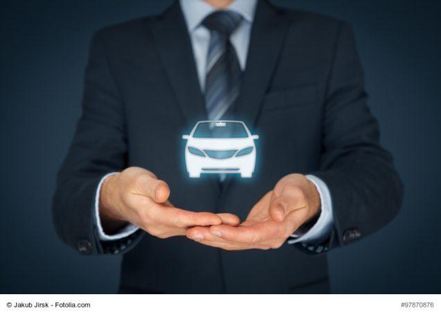 Man hält Auto-Hologram in Händen