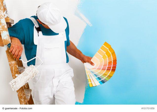 Maler mit Malrolle zeigt Farbpalette