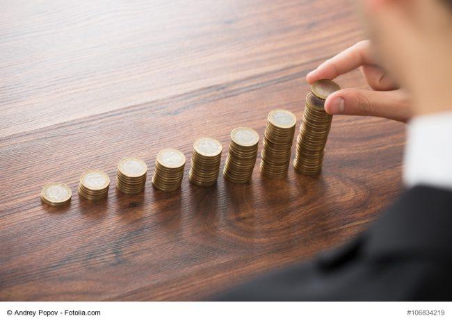 Man stapelt 1-Euro Münzen auf