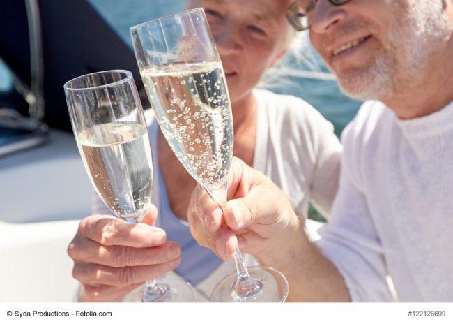 Älteres Paar stößt mit Champagner an