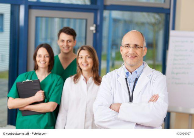 Chefarzt mit seinem Team im Hintergrund