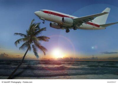 Flugzeug fliegt über Strand