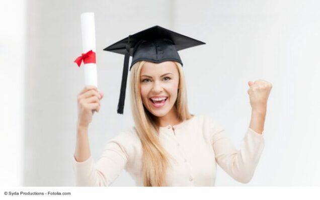 Frau Jmit Doktorhut ubelt über ihr Diplom
