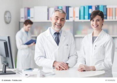 Ärzte am Empfangstresen einer Arztpraxis