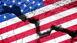 USA-Flagge mit Bruch
