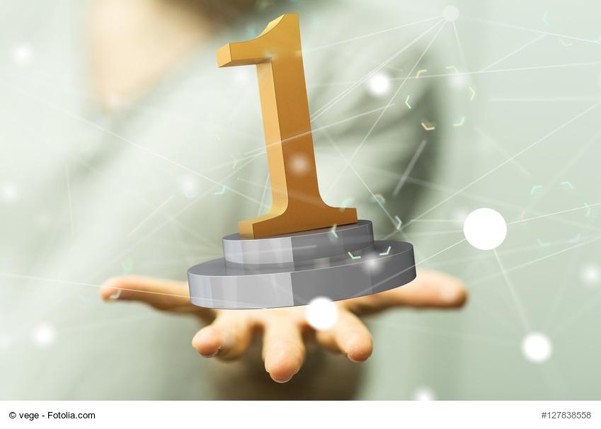 Hand hält einen Nummer 1 Award