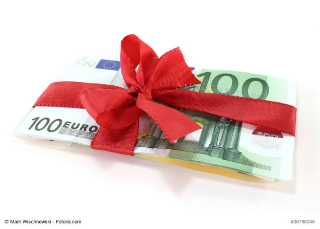 Geldbündel mit Geschenkschleife