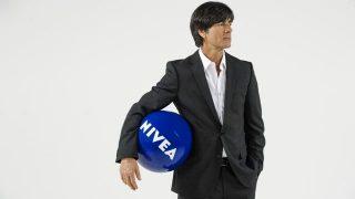 Jogi Löw mit Nivea Ball