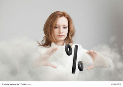 Frau mit Prozent-Symbol zwischen den Händen