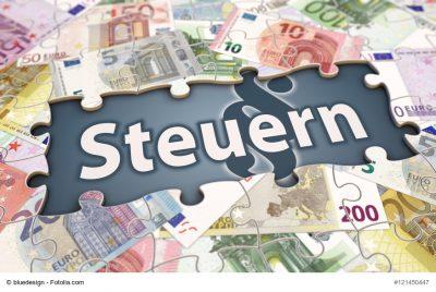 Steuern-Symbol umgeben von Geldscheinen