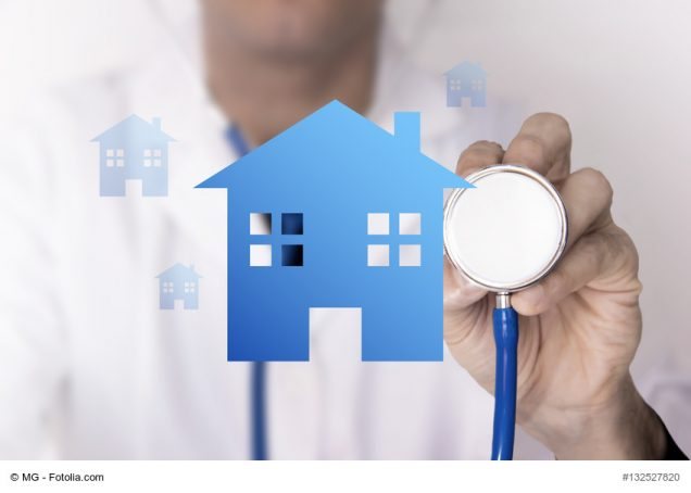 Arzt untersucht mit Stetoskop ein Haus