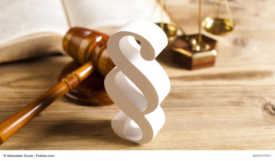 Richterhammer und Paragrafen-Symbol auf einem Tisch