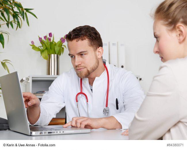 Arzt zeigt Patientin etwas auf dem Laptop