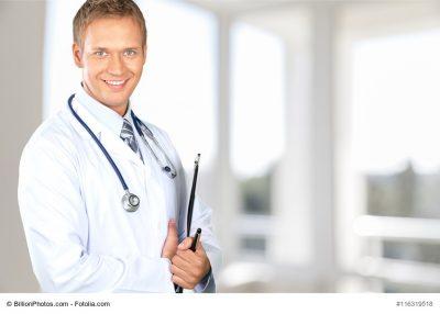 Arzt mit Stift und Papieren in der Hand