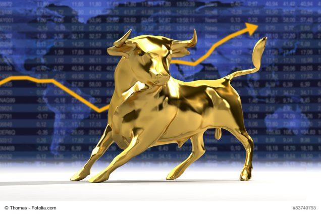 Der Börsenstier mit Aktienkurs im Hintergrund