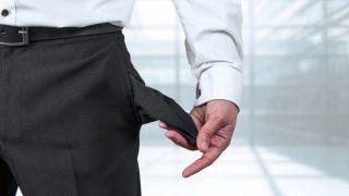 Mann im Anzug zeigt leere Hosentasche