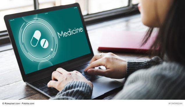Frau surft online nach Medizin
