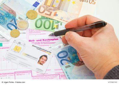Geldmünzen und Geldscheine auf Heil- und Kostenplan