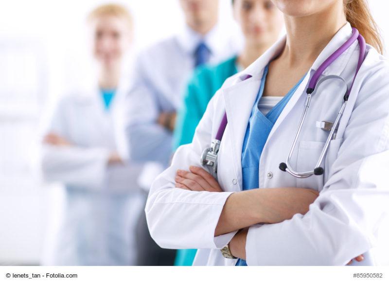 Ärztinnen und Ärzte stehen mit verschränkten Armen da