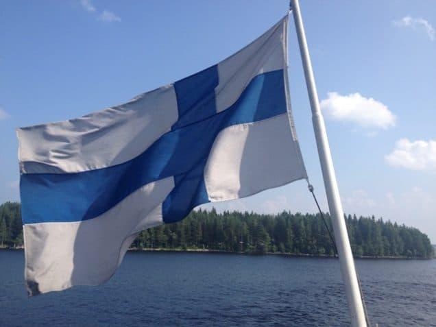 Finnland-Flagge vor See
