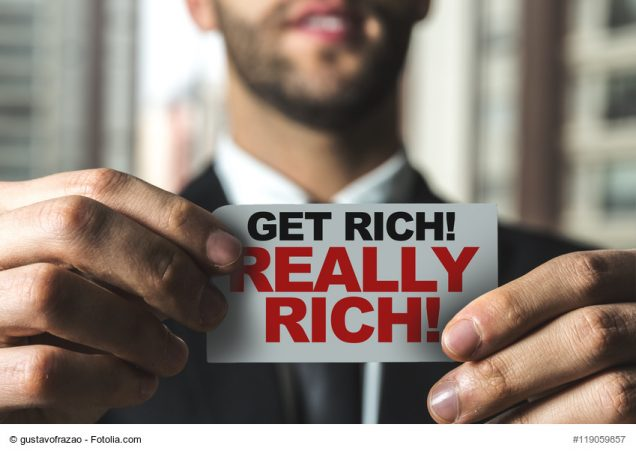 "Mann hät Schild ""get really rich"" in die Kamera"