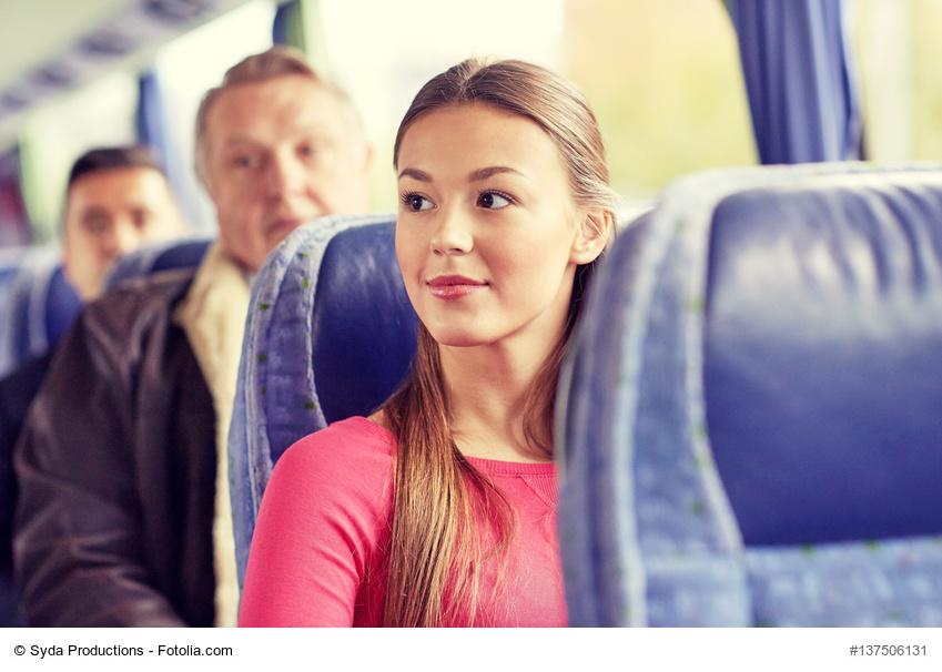 Junge Frau sitzt im Bus