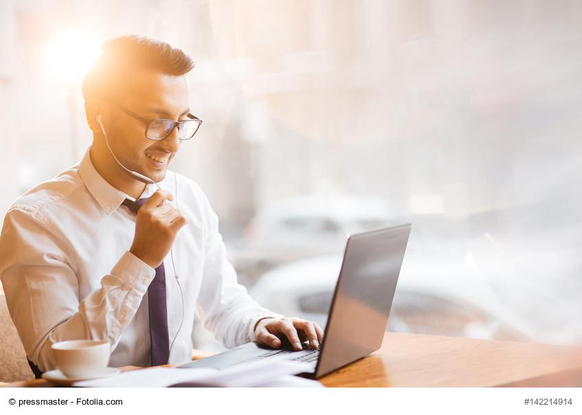 Mann chattet via Laptop mit Gesprächspartner