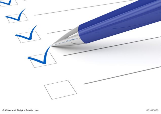 Stift setzt Haken auf Checkliste