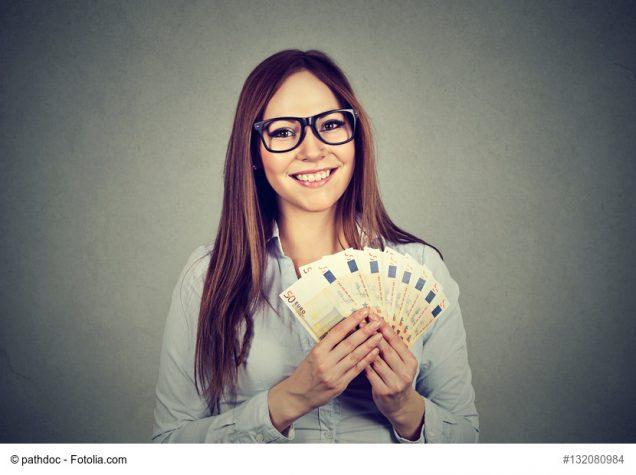 Frau zeigt Fächer aus Geldscheinen