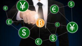 Mann zeigt auf Bitcoins-Symbol