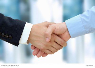 Finanzpartner geben sich Handschlag