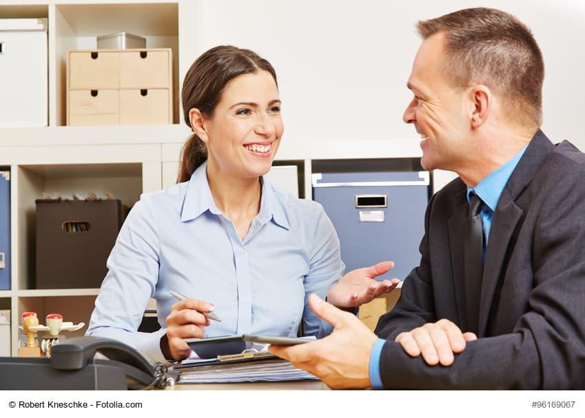 Frau und Mann in einem Finanz-Beratungsgespräch