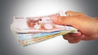 Hand hält Geldscheine