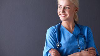 Ärztin lächelt in die Kamera